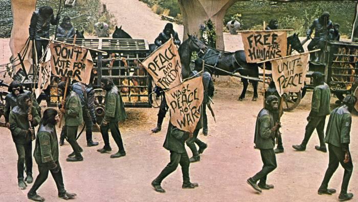 La critique de la guerre par les chimpanzés ne peut que faire écho aux manifestations contre la Guerre du Vietnam que l'Amérique connaît alors.