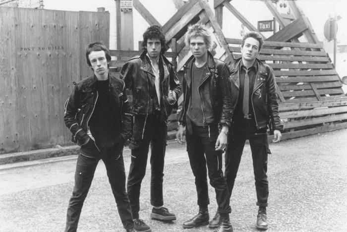 De gauche à droite : Topper Headon, Mick Jones, Paul Simonon et Joe Strummer