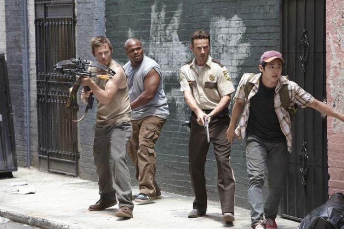 Rick (le flic), personnage principal des comics et de la série, entouré (de gauche à droite) par Daryl Dixon, T-Dog et Glenn