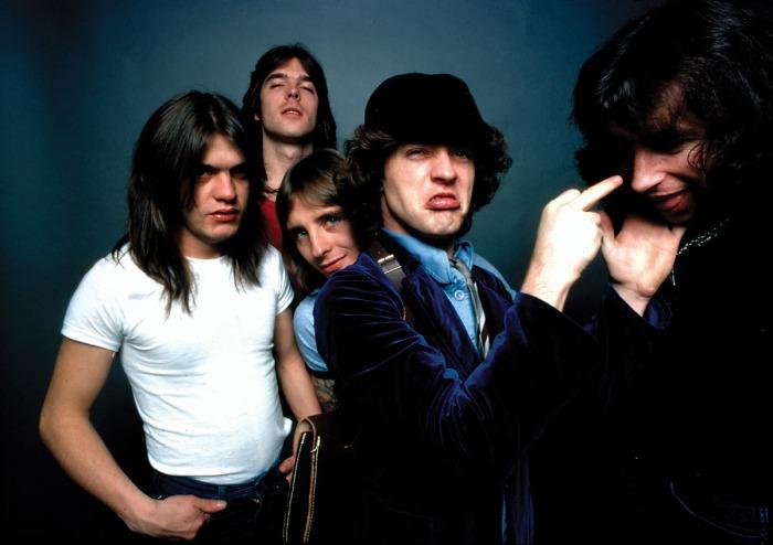 De gauche à droite : Mmalcolm Young, Cliff Williams, Phil Rudd, Angus Young et Bon Scott