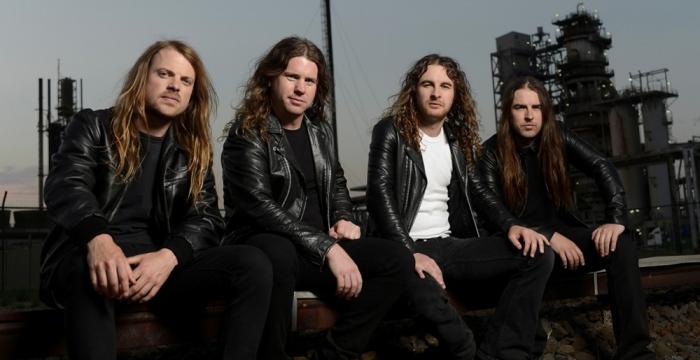 De gauche à droite : Justin Street (basse), David Roads (guitare rythmique), Joel O'Keeffe (guitare solo et chant) et Ryan O'Keeffe (batterie)