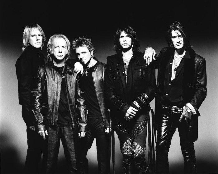 De gauche à droite : Tom Hamilton, Brad Whitford, Joey Kramer, Steven Tyler et Joe Perry