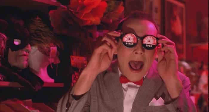 Il reste dommage que les premières scènes du film ne soient quasiment conçues que dans le but de montrer le caractère décalé de Pee-Wee. Certains se lasseront déjà.