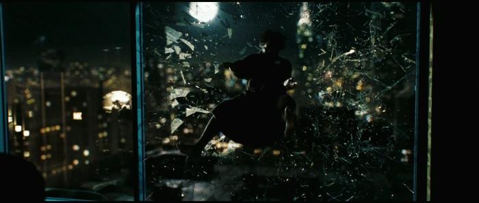 Si elle permet de donner le ton du film, la chute du Comédien est également une pépite visuelle.