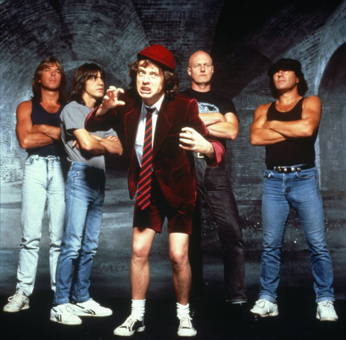 AC/DC à l'époque (de gauche à droite) : Cliff Williams, Malcolm Young, Angus Young, Chris Slade et Brian Johnson.