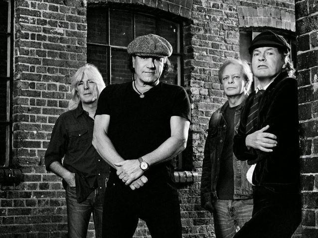 Une des premières photos promotionnelles pour la sortie de l'album Rock or Bust. De gauche à droite : Cliff Williams (basse), Brian Johnson (chant), Stevie Young (guitare rythmique, remplaçant de Malcolm Young) et Angus Young (guitare solo). On notera l'absence de batteur sur la photo.