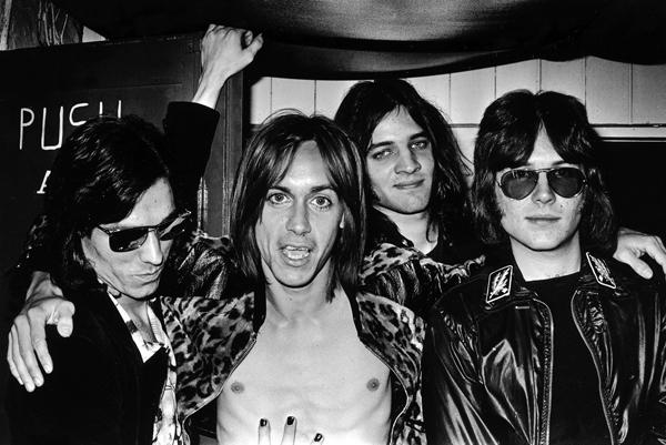 The Stooges, de gauche à droite : Dave Alexander, Iggy Pop, Scott Asheton et Ron Asheton.