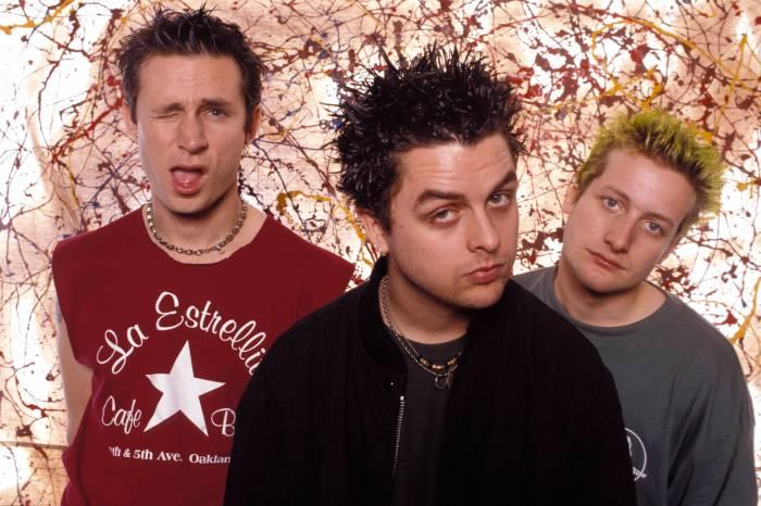 Green Day à l'époque de Nimrod (de gauche à droite) : Mike Dirnt (basse), Billie Joe Armstrong (chant + guitare) et Tré Cool (batterie).