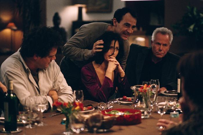 La scène du dîner partage le spectateur entre un sentiment de malaise et l'envie de rire grâce à la qualité d'écriture des répliques remarquablement lancées par Dupontel.