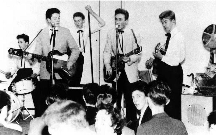 Les Quarrymen furent la première véritable expérience musicale de John (ici à droite).