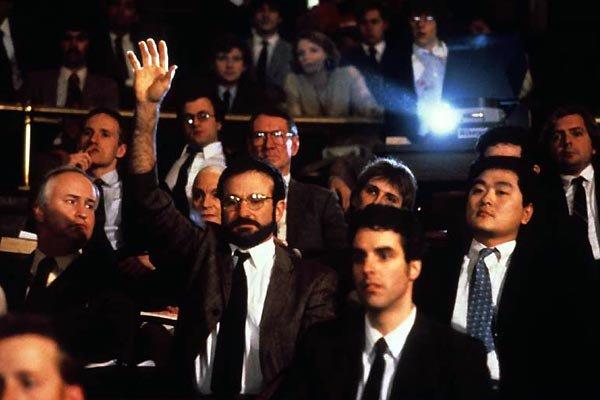 Le film s'inspire de l'expérience du docteur Oliver Sacks, incarné à l'écran sous le nom de Malcolm Sayer par Robin Williams.