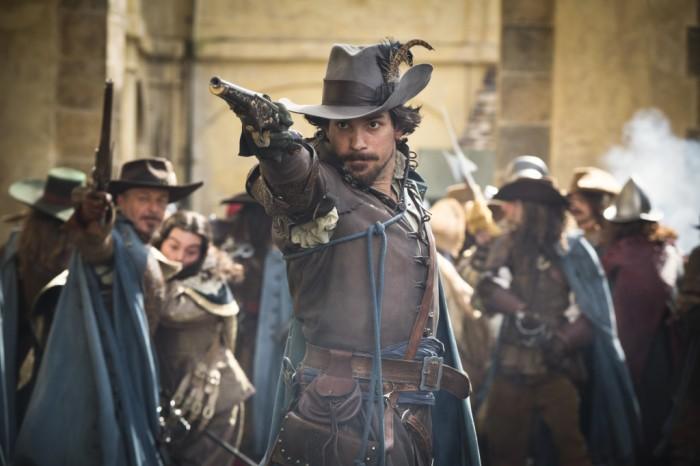 The Musketeers est riche en action, mine de rien. Certaines scènes de batailles et autres duels sont excellentes.