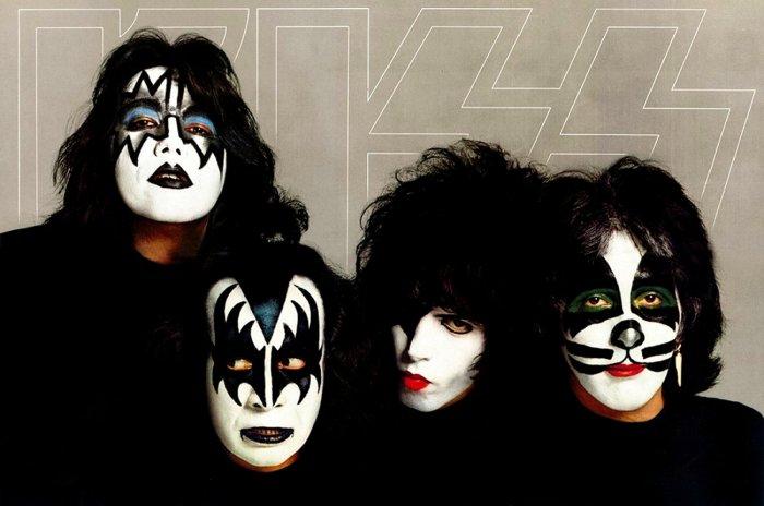 Kiss tel qu'apparaissant sur le poster compris avec l'album Dynasty (de gauche à droite) : Ace Frehley, Gene Simmons, Paul Stanley et Peter Criss.