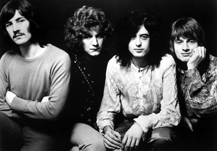 Les quatre membres de Led Zeppelin, de gauche à droite : John Bonham (batterie), Robert Plant (chant), Jimmy Page (guitare) et John Paul Jones (basse).