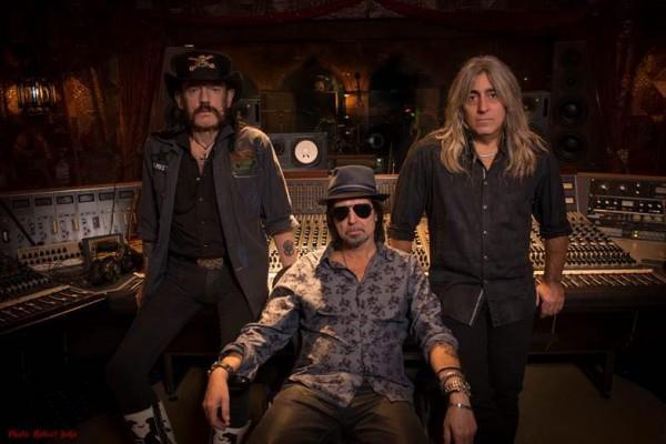 Motörhead en studio pour l'enregistrement de Bad Magic (de gauche à droite) : Lemmy Kilmister, Phil Campbell et Mikkey Dee.