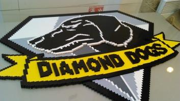 Le logo des Diamond Dogs, lui aussi en Lego.