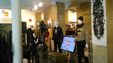 Dans l'entrée, des mannequins vêtus de tenues à précommander.