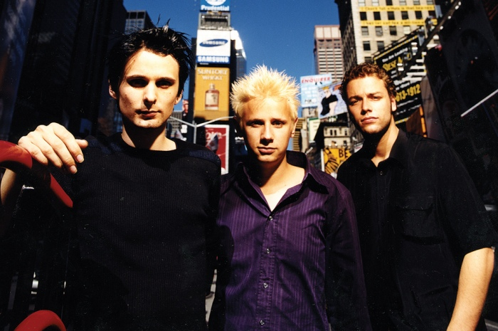 Muse à New York en 1999 (de gauche à droite) : Matthew Bellamy (chant et guitare), Dominic Howard (batterie) et Christopher Wostenholme (basse).