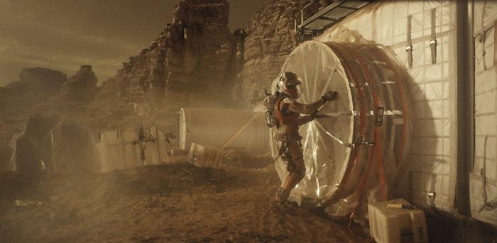 """Le film ne manque pas de trucs un peu gros comme ce rafistolage de la base martienne ou la séquence """"Iron Man"""" de la fin."""