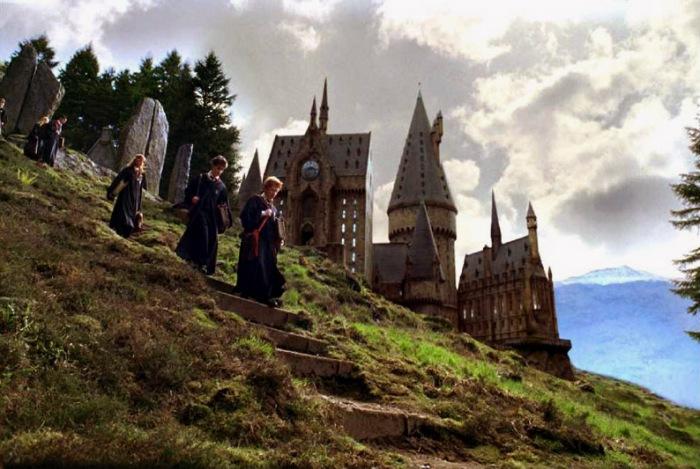 Transfiguré, le château de Poudlard se cantonne désormais à son seul rôle de lieu de l'action et de rappel constant au fantastique.