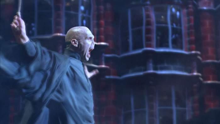 Le combat entre Voldemort et Dumbledore, lequel prend place à l'issue de séquences rudes, est au passage merveilleux.