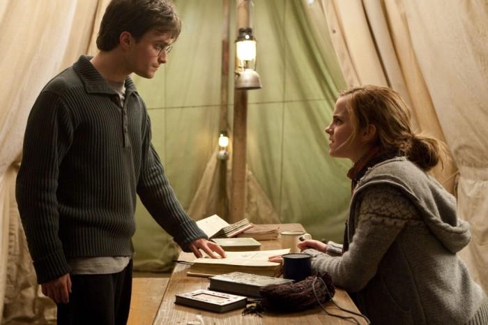 Les séquences dans la tente sont souvent l'occasion d'évoquer l'évolution de la relation entre Harry, Ron et Hermione, un élément important du film.