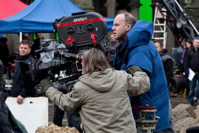 David Yates, ici en plein tournage d'une scène de bataille à Poudlard, aura finalement réalisé la moitié de la saga.