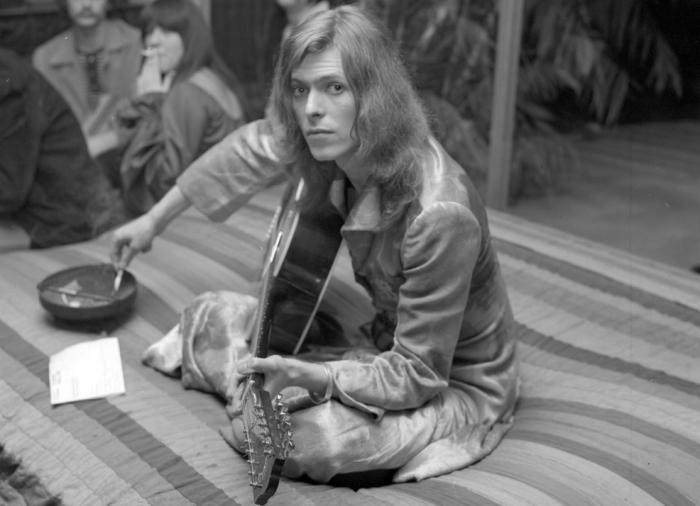 David Bowie et ses cheveux longs vers 1969, à l'époque de Space Oddity.