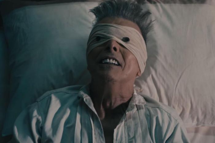Avec Blackstar et en particulier la chansons Lazarus (et son clip), David Bowie met en scène sa propre fin et livre un ultime message d'adieu à ses fans. On a retrouvé le respect.