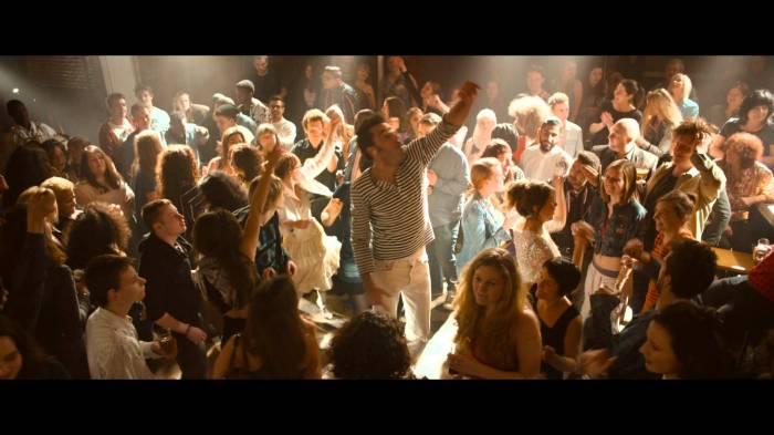 Les scènes de concert et de fête sont d'une intensité certaine.