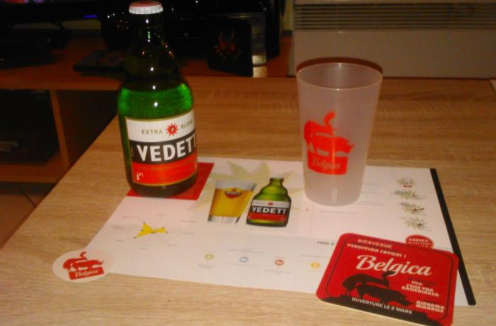 """Les goodies distribués à l'issue de la projection. Le tout était contenu dans un sac rouge sur lequel figure le logo du Belgica, à savoir -pour reprendre les termes d'un autre spectateur - """"un élan qui encule un rhinocéros""""."""