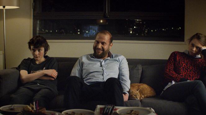 La scène où Philippe et ses enfants regardent un film constitue une vraie synthèse de tout le propos du scénario.