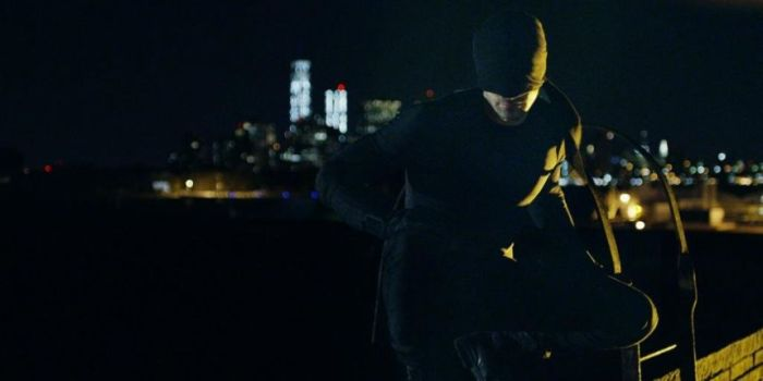 J'ai beaucoup aimé cette idée de progression entre les premières nuits en costume noir fait maison de Daredevil jusqu'à son apothéose concrétisée par son costume rouge.