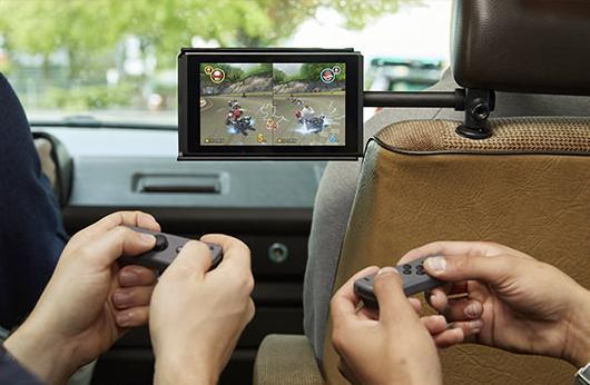 Nintendo a particulièrement insisté dans sa vidéo d'annonce sur le caractère portable de sa Switch, en la montrant dans divers véhicules (avion comme voiture). C'est bien mais la console supportera-t-elle un Paris-New York ou ne tiendra-t-elle le coup que sur un Limoges-Perpignan ? On imagine cependant aisément la commercialisation de prises secteur pour parer à une éventuelle trop faible autonomie.
