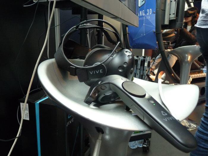 Le casque et la manette HTC Vive que j'ai utilisés sur le stand Harfang 3D.