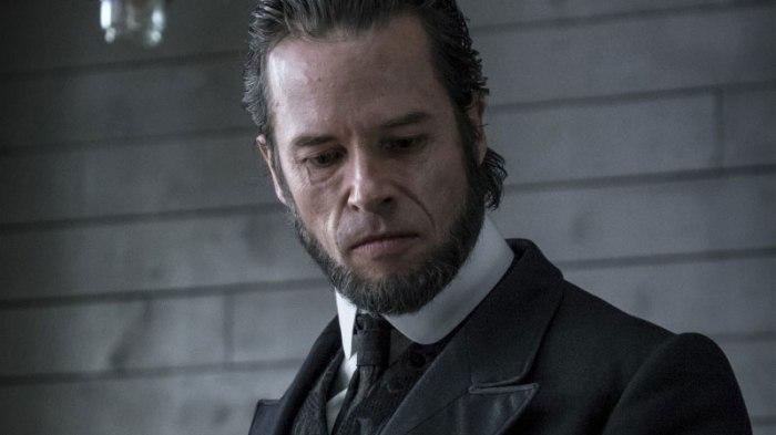 Guy Pearce incarne le Révérend dans Brimstone.